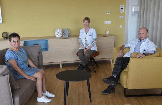 Monique Colpaert met nieuwe knieën, Els Vermeiren en dokter Kristof Pierets. (foto DM)© (foto DM)