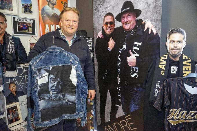 Martin Van Lierde is trots op zijn unieke jas.© CLL