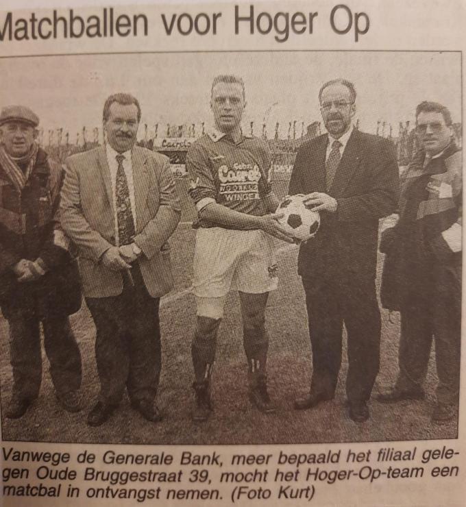 In De Weekbode werden ook de matchbaloverhandigingen vereeuwigd. Hier ontvangt Dominique Stove als kapitein van HO Wingene de bal.