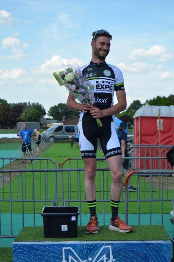 Kasper Lagae op het podium met de brede glimlach die hem typeerde. (gf)