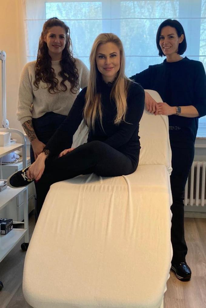 Sylvie Decaluwé (blond haar), Seline Notebaert (kort haar) en Delphine Staelens
