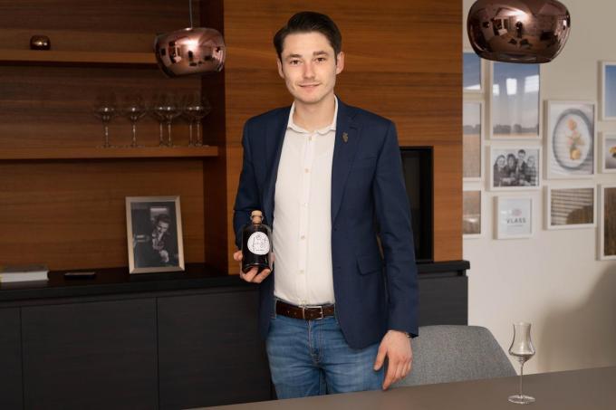 Kenzo Lauwereins met een van de eerste 300 flessen, een zéér limited edition dus. (foto LC)©luc cassiman