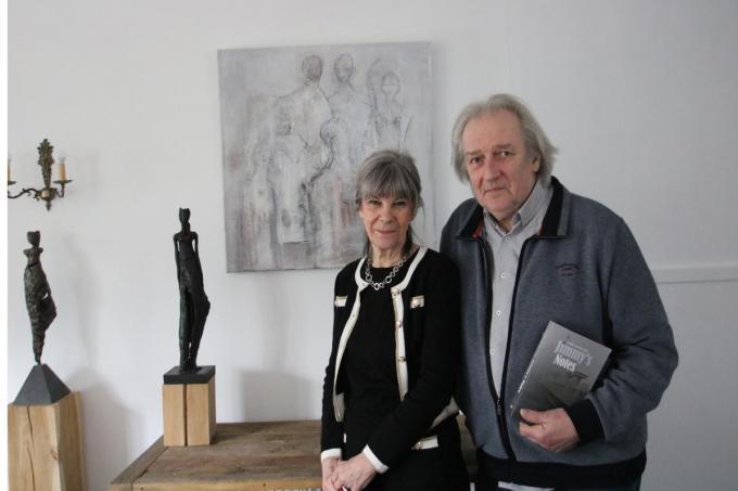 op de foto poseren links kunstenares Viviane Decramer, bij een van haar schilderijen en een paar van haar bronzen beelden en rechts auteur Etienne Van den Steen met een paar boeken van zijn hand. (foto ACK)©type=