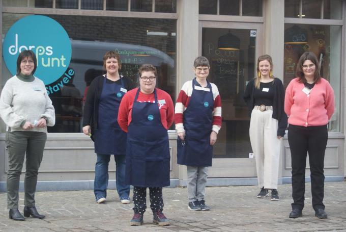 Het nieuwe Dorpspunt is maandag succesvol gestart. De medewerkers Lady Durnez, Veerle Decroix, Aarke Reniere, samen met Rita, Kim en Joyce gingen enthousiast op de foto. (foto AB)©Anne Bovyn