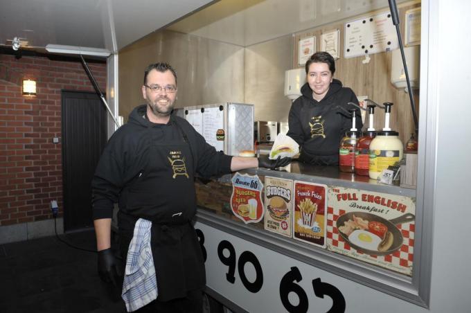 Mieke en Jan maken hamburgers volgens een eigen recept klaar. (foto FODI)©FODI