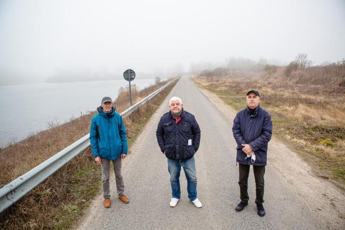 De buurt begrijpt niet waarom de stad een vergunning verleende voor de betoncentrale. V.l.n.r.: Dany Vermote, Tony Goedbloed en Dirk Pieters. (foto Davy Coghe)©Davy Coghe Davy Coghe