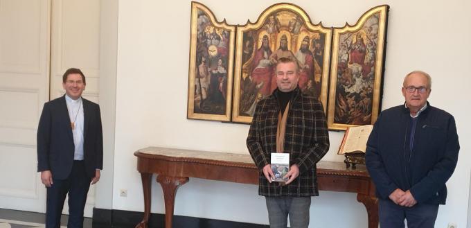 Burgemeester Claude Croes en zijn vader werden naar aanleiding van 'Gemaskerd afscheid' ontvangen door bisschop Lode Aerts.© MVD