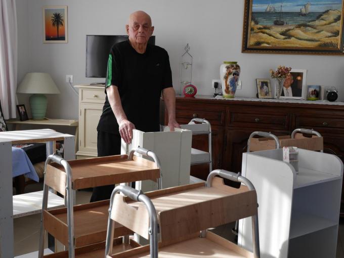 """Jef van Limbergen met enkele van zijn proefmodellen in zijn appartement in Heist. """"Ik heb er ondertussen vijftien staan."""""""
