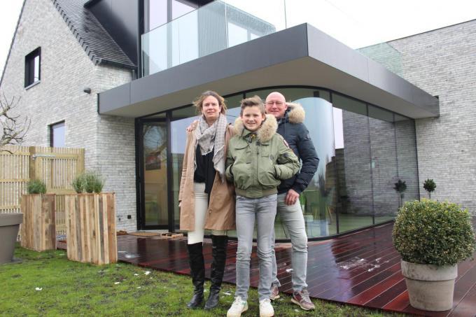 Nele Vandenbroucke en Sandro Vandenbulcke poseren met hun zoon Lander voor vakantiehuisje Koekeloeren. (foto JT)
