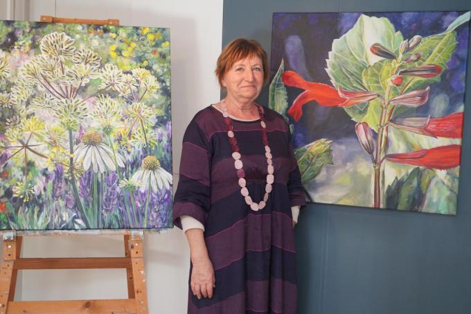 Marie-Jeanne Vanhove bij recent werk in haar atelier. (foto Luc)
