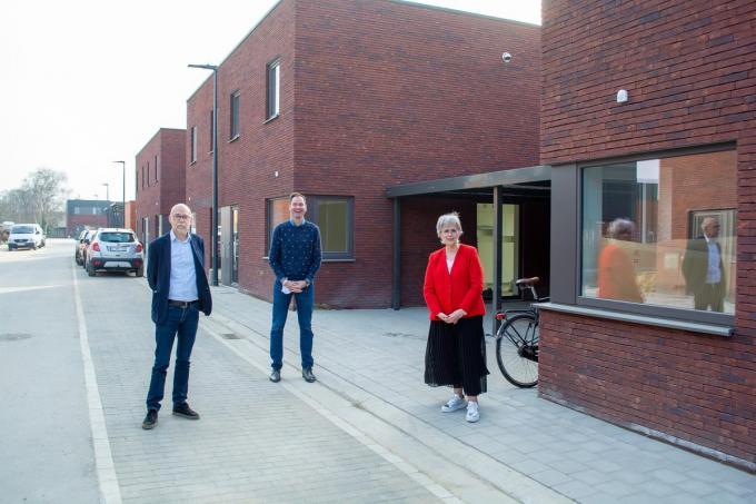 De 31 nieuwe woningen op de sociale verkaveling Vinkestraat zijn allemaal verhuurd. V.l.n.r. Karel Maddens, schepen van Woonbeleid Mathieu Desmet en Chris Loosvelt.© SLW