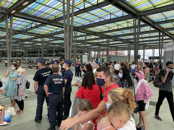 De politie moest vrijdag ingrijpen in het station van Oostende nadat door een defect geen treinen meer konden vertrekken uit het station, daardoor kwamen duizenden reizigers vast te zitten.© JR
