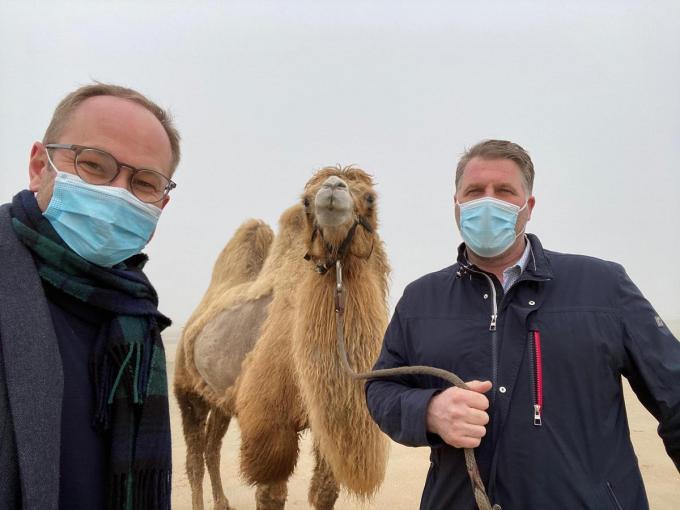 Burgemeester Bram Degrieck (Het Plan-b) en schepen Wim Janssens (ACT!E) maakten een selfie met het dier. (foto Janssens)
