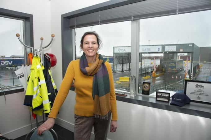 """Commercieel manager van PSA Zeebrugge Evelyne Duthieuw: """"We behandelen al meer dan 4 miljoen ton goederen per jaar.""""© Michel Vanneuville"""