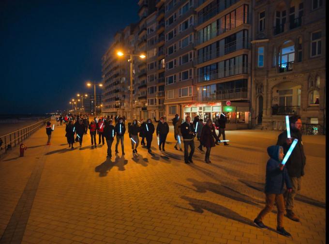 De beweging Re-Start Life wilde met de fakkeltocht aantonen dat het mogelijk is om coronaveilig een activiteit te organiseren.© LC
