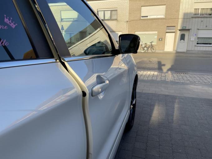 De inbrekers lieten de deuren van de wagens in de meeste gevallen op een kier staan.© JRO