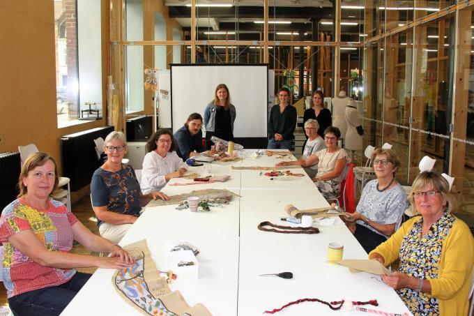 Kunstenaar Klaas Rommelaere in het gezelschap van enkele van 'zijn madammen'.© JV
