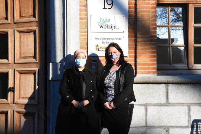 Fatiha Amerdoul en schepen van Welzijn en Zorg Lynn Callewaert.© LOO