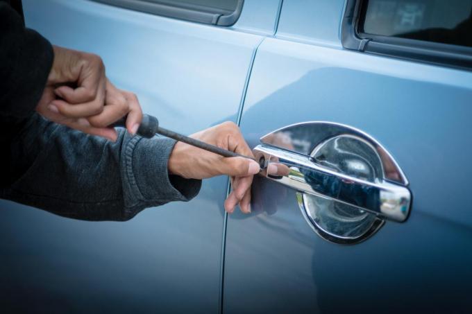Uit beide bestelwagens werd werkmateriaal gestolen.© Getty Images