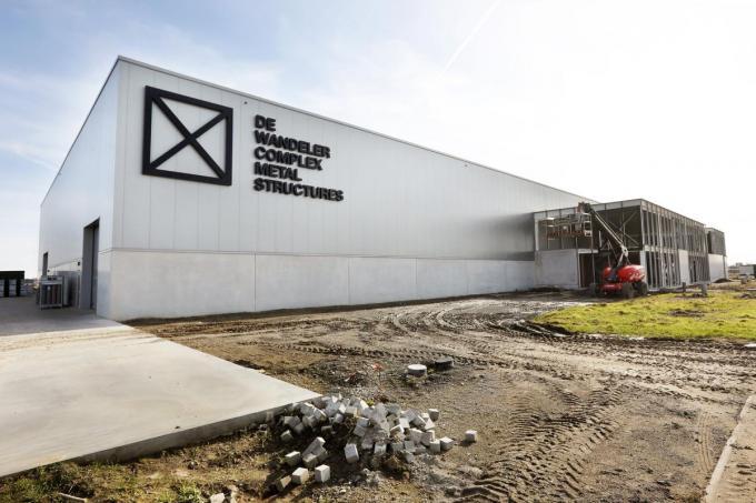 De nieuwe, gigantische bedrijfshal valt op vanaf de Roeselaarseweg. De kantoren (rechts op de foto) zijn nog in aanbouw.©Johan Sabbe