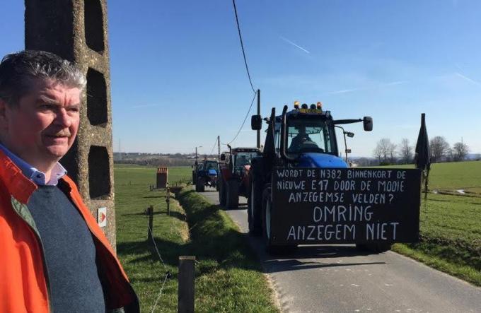 Burgemeester Gino Devogelaere (SAMENéén) steunde met veel enthousiasme de actie van het actiecomité 'Omring Anzegem niet' en de Anzegemse landbouwers en sympathisanten.© GV