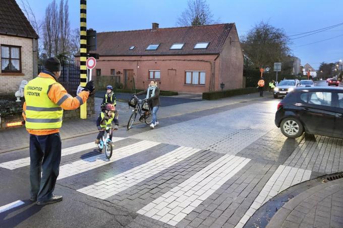 Veel te weinig leerlingen, zelfs uit het vijfde en zesde leerjaar, komen in Torhout te voet of per fiets naar school.©Johan Sabbe