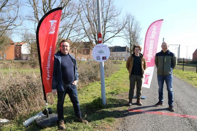 Schepen Patrick Benoot en de organisatoren aan de start van Ieper Beweegt.© EF