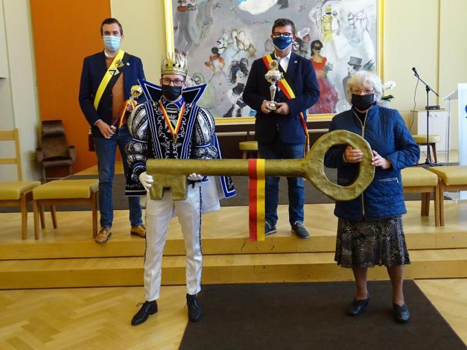 Prins Mario met de sleutel van de stad Oostende, met schepen Donck, burgemeester Tommelein en zijn moeder.© FRO