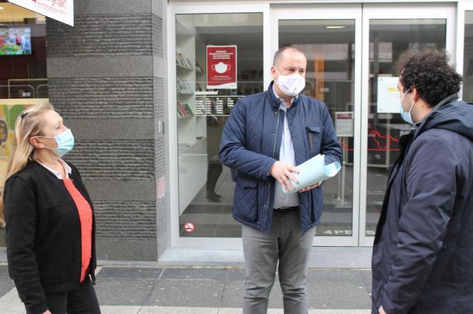 Nancy Dewaele en Maxim Laporte bij burgemeester Kurt Vanryckeghem die de petitie in ontvangst nam.© foto JDW