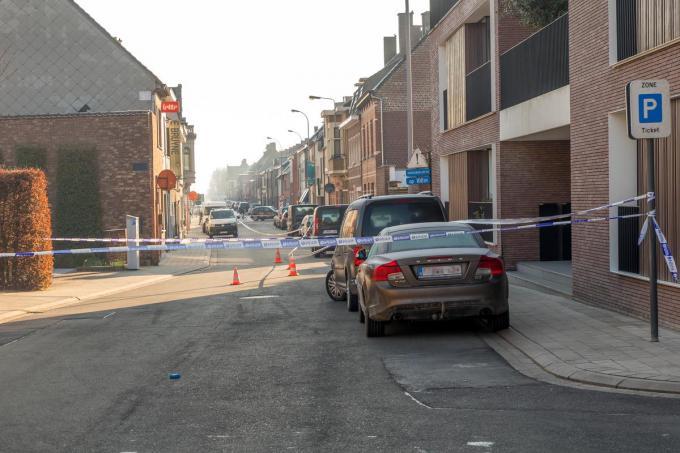 De man verloor het bewustzijn in de Felix D'Hoopstraat in Tielt. Daar is een duidelijk bloedspoor zichtbaar.©Wouter Meeus (foto WME)