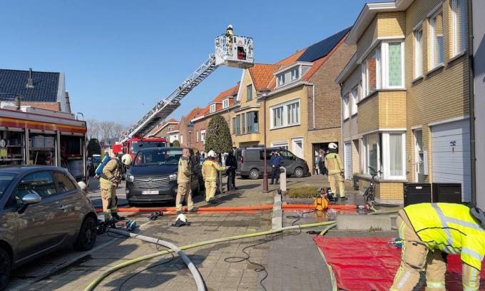 De brandweer had de situatie snel onder controle, maar de woning is wel onbewoonbaar.© foto JVM