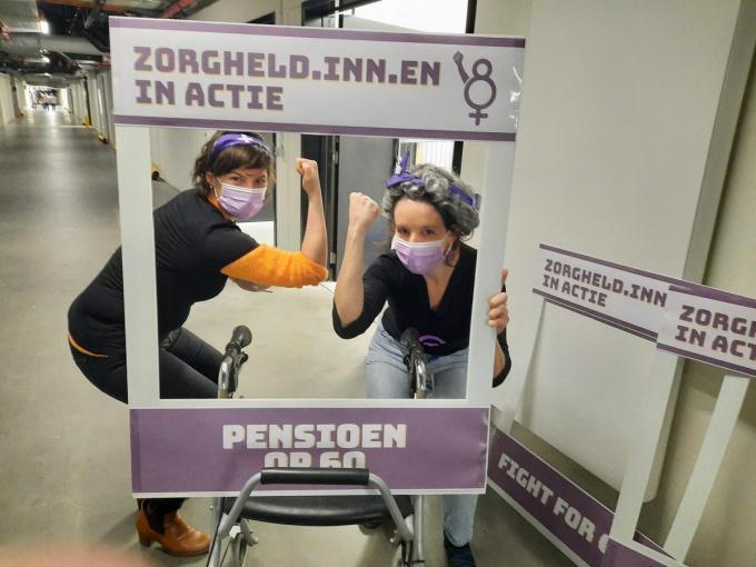 Spoedverpleegkundige An Decroos en spoedarts Natalie Eggermont met een van de eisen van de actiegroep: pensioen op 60 jaar.© WVS