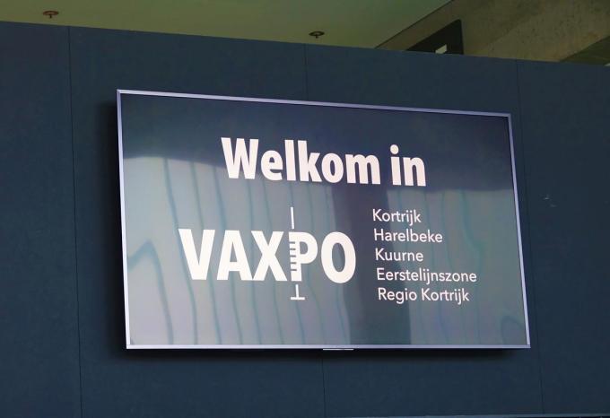 Zowel taxi's als busjes zetten ouderen af aan de deur van Vaxpo.© AN