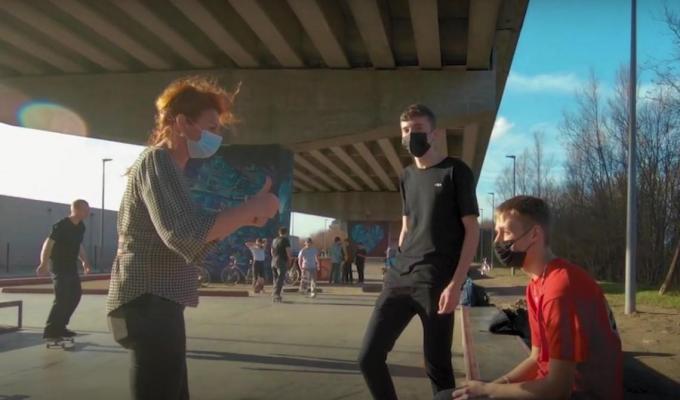 Ruth Vandenberghe trok naar het skatepark Luxaplast om op een ludieke manier de jongeren te wijzen op de mondmaskerplicht.© Stad Kortrijk