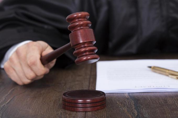 De beklaagde moet op verkeerscursus en een boete betalen.© Getty Images