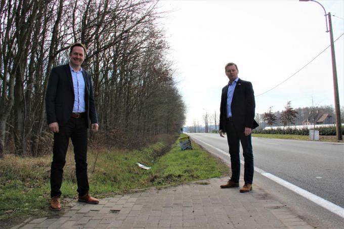 De burgemeesters van Beernem en Wingene hopen dat de werken voor het dubbelrichtingsfietspad snel kunnen starten.© NS