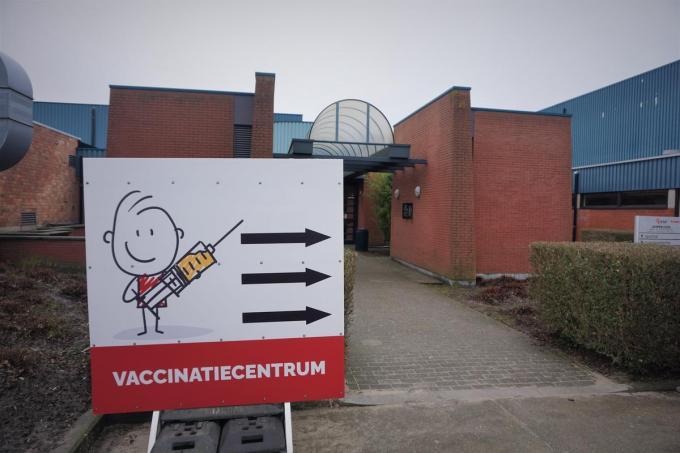 In het vaccinatiecentrum in Zomerloos in Gistel kunnen inwoners van Gistel, Oudenburg en Ichtegem een prikje tegen corona krijgen.© TVA