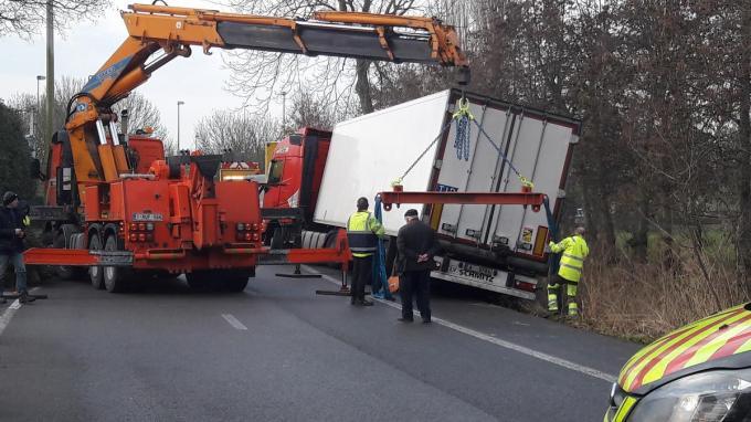 Een takeldienst werd opgeroepen om de vrachtwagen recht te trekken.© JT