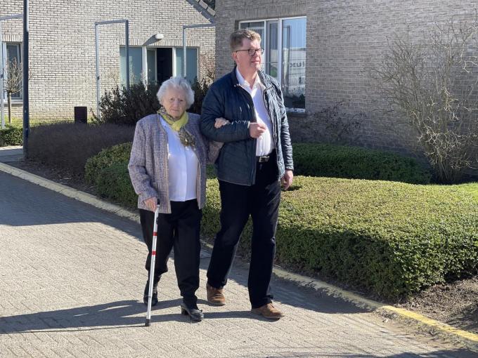 De kranige Godelieve, tijdens een wandeling met haar kleinzoon Danny.© TP