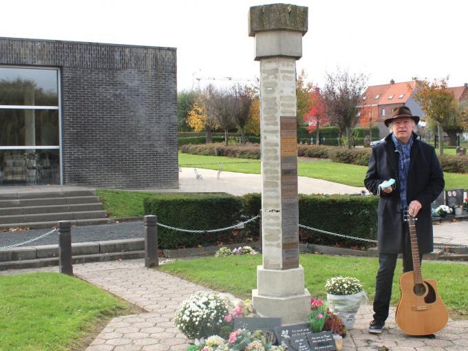 Bo Decramer, een van de initiatiefnemers, op het kerkhof van Lauwe.©wilfried Ossieur WO