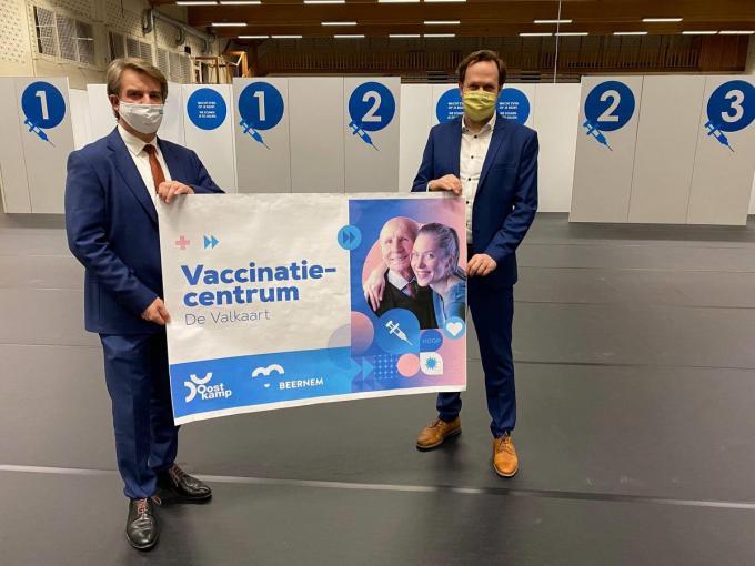 Jos Sypré (rechts), burgemeester van Beernem, en Jan de Keyser, burgemeester van Oostkamp.© AV