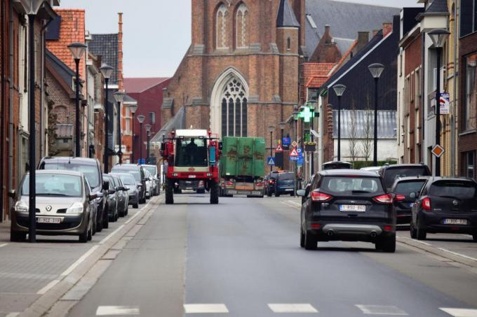 Op een kalm moment passeren er toch heel wat voertuigen en niet van de minste door de Wervikstraat en de dorpskern in Beselare.© Zenon Bekaert