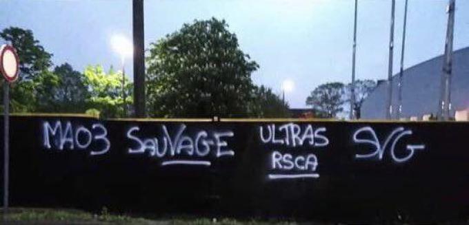Graffiti op de muren van de noord- en zuidtribune van Jan Breydelstadion.© Twitter