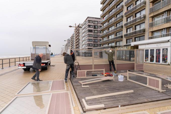 Horeca- en beachbaruitbaters van Middelkerke mogen nu al hun terrassen en beachbars opzetten.© luc cassiman