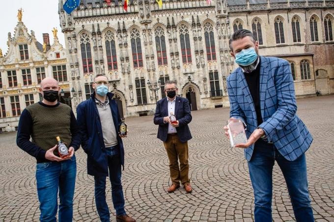V.l.n.r. Joachim Augustyn, Hendrik Baeke, burgemeester Dirk De fauw en Baptiste Van Outryve bij de ontvangst van de drie stichters van The Bruges Gin Society op het stadhuis.© Davy Coghe