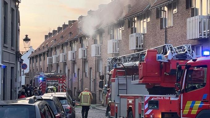 In een rijhuis in de Vulderstraat in Brugge brak brand uit op de eerste etage.© Jan Van Maele
