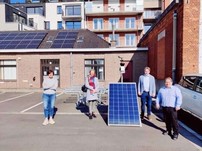 Schepen Griet Vanryckegem, Mieke Malfrere (leerkracht wiskunde), Carl Castelein (Rotary Menen) en schepen Patrick Roose bij het weerstation.© GF