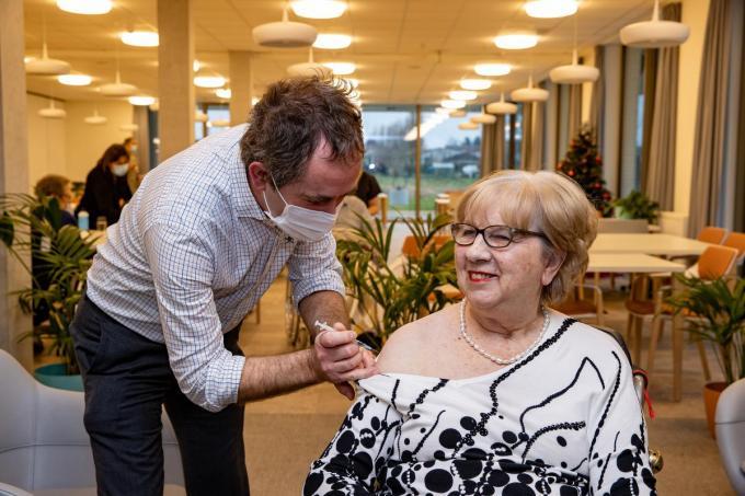 6 januari: Monique Van Coillie wordt als allereerste West-Vlaming gevaccineerd. (foto Kurt)©Kurt Desplenter Foto Kurt
