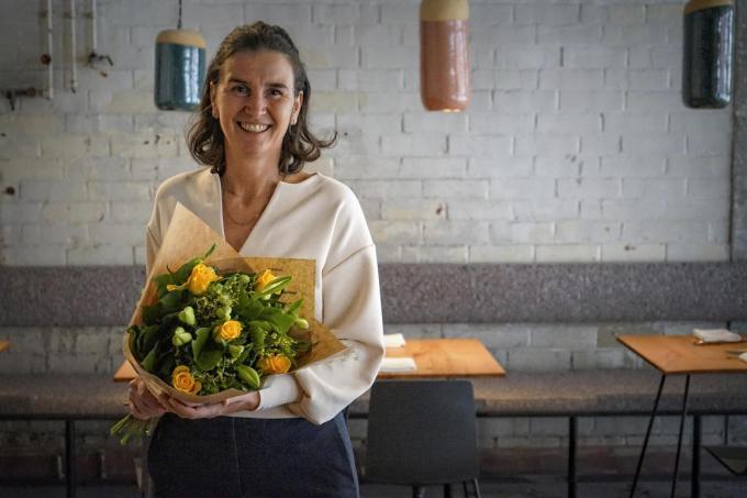 Ursy Pattyn met de ruiker bloemen die ze mocht ontvangen. (foto CLL)