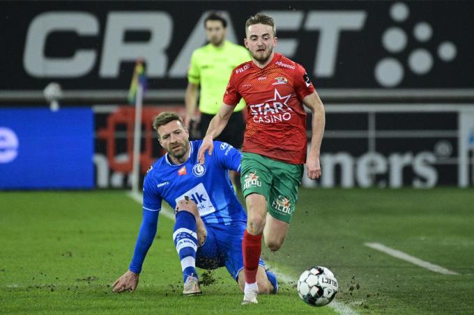 Robbie D'Haese in duel met Laurent Depoitre afgelopen maandag in de wedstrijd tegen AA Gent.© BELGA